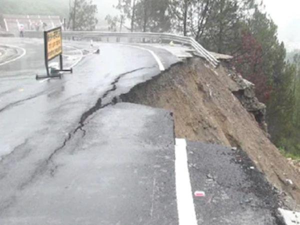 तस्वीर उत्तराखंड के टिहरी के नेशनल हाईे की है। यहां ऑल वेदर रिपोर्ट भारी बारिश के बाद क्षतिग्रस्त हो गई।