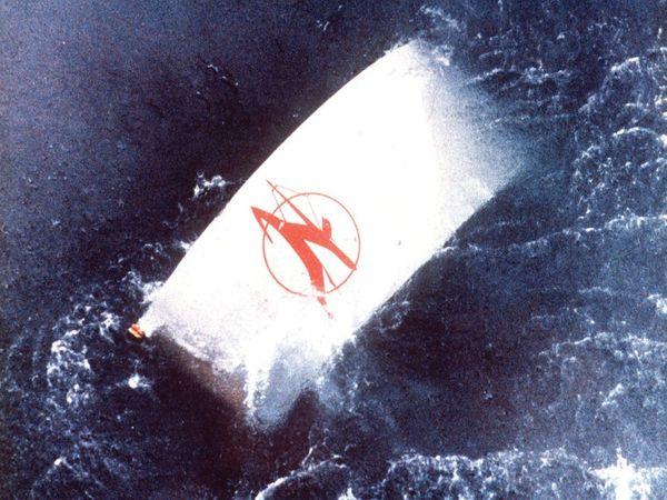 हादसे के बाद समुद्र में पड़ा विमान का मलबा।