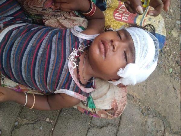 घायल बच्ची मीनाक्षी को अब होश आ गया है। मां से मिलने के बाद बच्ची गले से लिपट गई।