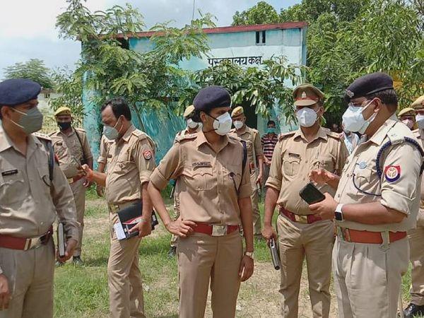 रेप की सूचना मिलते ही घटनास्थल पर एसपी सुजाता सिंह पहुंचीं। घटना के बारे में जांच टीम से जानकारी ली।