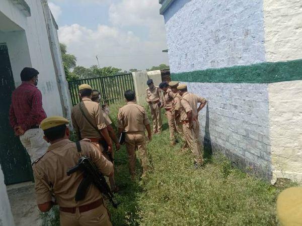 पीड़ित बच्ची के घर से 100 मीटर दूर बने गांव के प्राथमिक विद्यालय के शौचालय के आसपास जांच-पड़ताल करती पुलिस टीम।