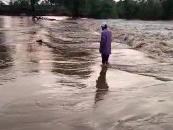 तस्वीर राजस्थान की गुंजाली नदी की है। यहां अचानक से नदी का जलस्तर बढ़ गया था।