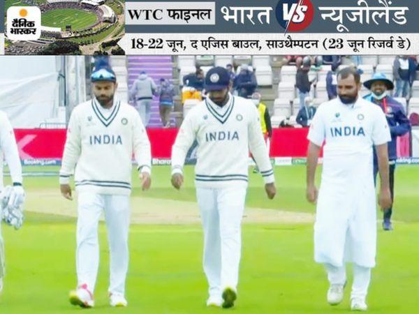 लंच ब्रेक के दौरान पवेलियन लौटते कोहली, बुमराह और तौलिए में मोहम्मद शमी। ईशांत को 3 विकेट और अश्विन को 2 विकेट मिला।