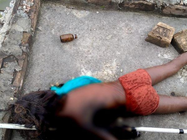 बिजली के तार की चपेट में आने से मरी बच्ची का शव। - Dainik Bhaskar