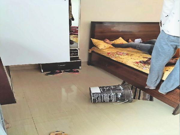फंदे पर लटका युवक व बेड पर पड़ा महिला का शव। - Dainik Bhaskar