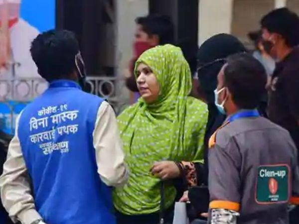कोरोना के बढ़ते मामलों के बीच BMC ने मास्क न पहनने वालों के खिलाफ 200 रूपए का जुर्माना लगाने का नियम बनाया हुआ है। - फाइल फोटो - Dainik Bhaskar