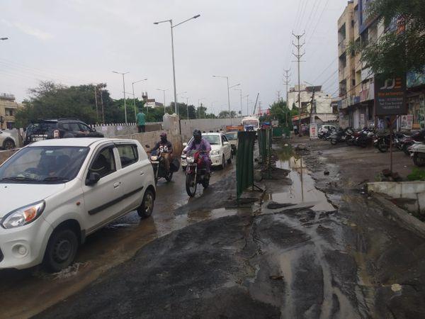 सुभाषनगर आरओबी की सर्विस लेन पर ट्रैफिक का दवाब बढ़ गया है।