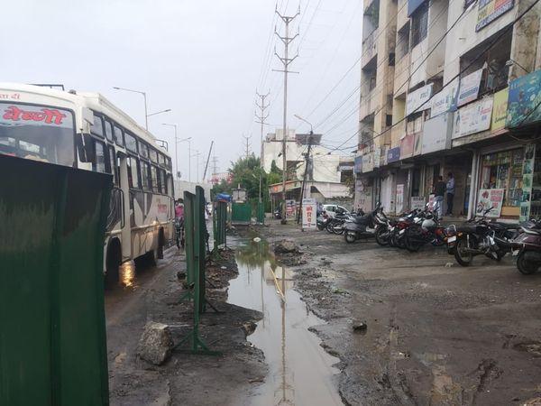 सुभाषनगर आरओबी की सर्विस लेन खुदी पड़ी है। यहां पानी भर जाता है। - Dainik Bhaskar