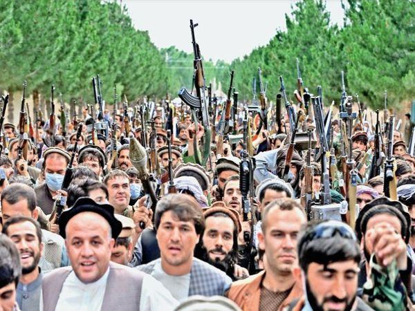 हाथों में हथियार लहराते लोग। - Dainik Bhaskar