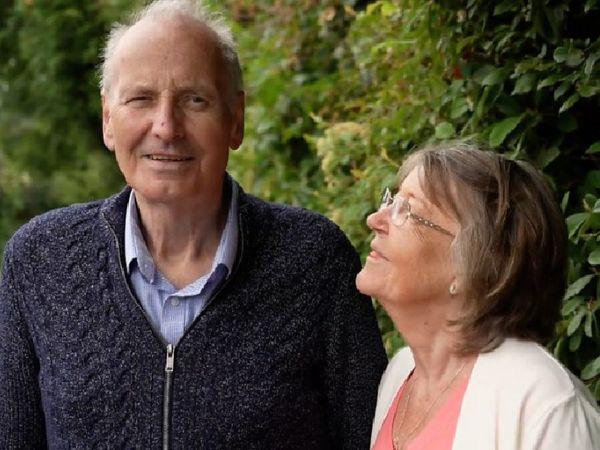 तस्वीर में नजर आ रहे 72 साल के डेविड स्मिथ रिपोर्ट निगेटिव आने के बाद अपनी पत्नी लिंडा के साथ। - Dainik Bhaskar