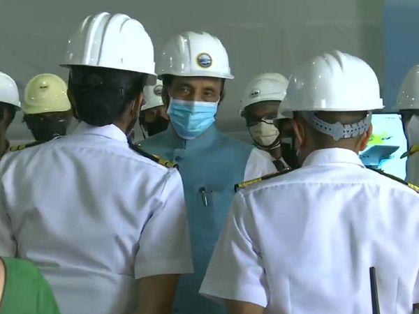 कोच्चि स्थित सदर्न नेवल कमांड पहुंचे रक्षामंत्री राजनाथ सिंह नौसेनिकों से चर्चा करते हुए।