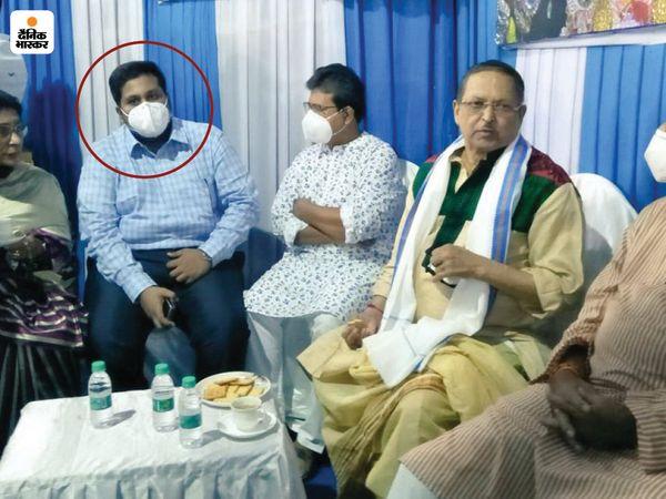 बंगाल के बड़े नेताओं के साथ आरोपी देबांजन देब।
