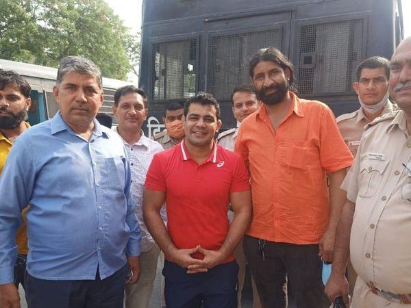 मर्डर केस में आरोपी ओलिंपिक मेडलिस्ट सुशील कुमार को तिहाड़ जेल शिफ्ट करते समय  पुलिसकर्मियों ने उनके साथ फोटो खिंचवाए। - Dainik Bhaskar