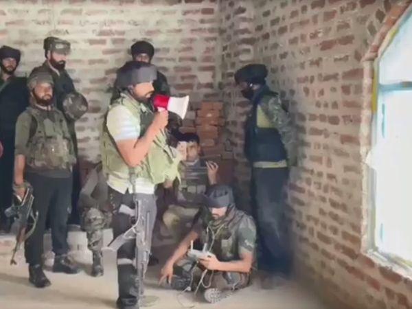 सुरक्षाबलों की शुक्रवार को शोपियां में लश्कर के आतंकियों से मुठभेड़ हुई थी। इसमें एक आतंकी मारा गया था। दूसरे ने सरेंडर कर दिया। - Dainik Bhaskar