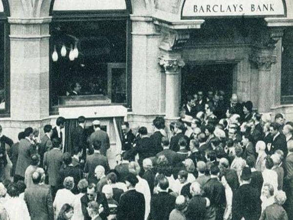 ATM के उद्घाटन समारोह में जुटी भीड़।