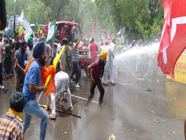 पानी की बौछारों की परवाह किए बगैर चंडीगढ़ में 7 किलोमीटर तक अंदर आ गए किसान