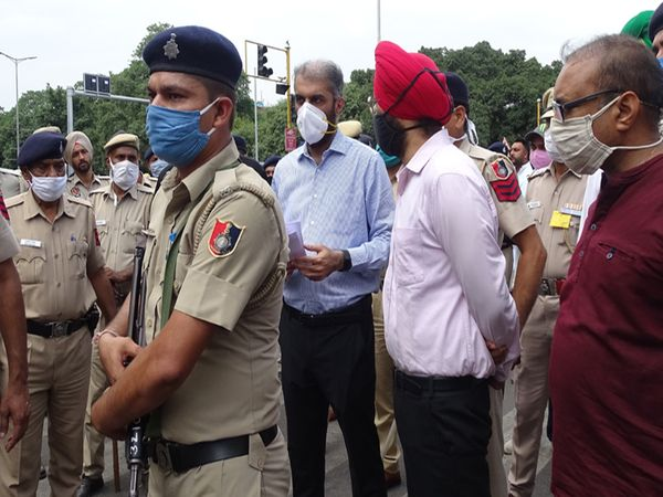 चंडीगढ़ के डीसी सेक्टर-17/18 चौक पर पहुंच कर किसानों से मांगपत्र लिया।