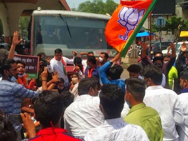 नागपुर में पूर्व CM ने अपने समर्थकों के साथ शहर के मुख्य चौराहे पर चक्काजाम किया।