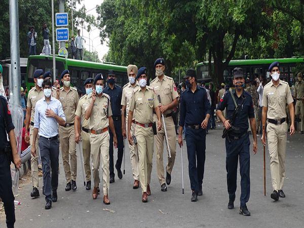 चंडीगढ़ पुलिस के डीआईजी किसानों से मिले और उनके लिए पानी की व्यवस्था की