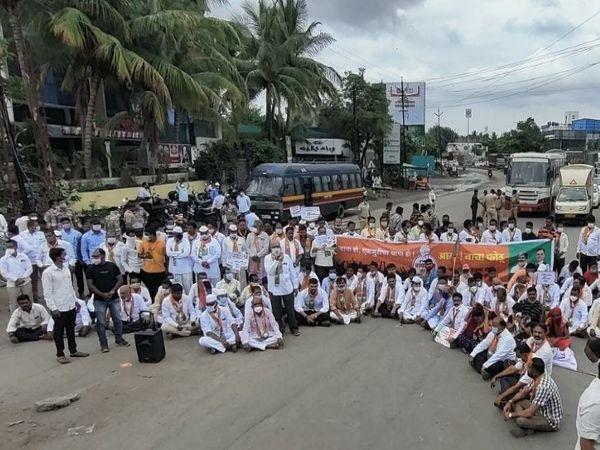 अहमदनगर में कार्यकर्ताओं ने पुणे हाईवे को जाम किया है। - Dainik Bhaskar