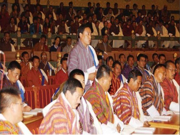 2004 में भूटान की संसद में तंबाकू पर रोक लगाने संबंधी प्रस्ताव पर चर्चा करते संसद के सदस्य। 2010 में भूटान ने पूरे देश में तंबाकू पर बैन लगा दिया है। ऐसा करने वाला वो दुनिया का पहला देश है।