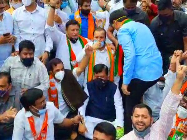 ठाणे में सड़क पर अपने समर्थकों के साथ प्रोटेस्ट करते भाजपा नेता प्रवीण दरेकर।