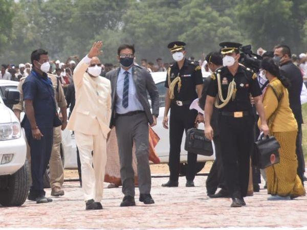 पैतृक गांव पहुंचे राष्ट्रपति ने स्थानीय लोगों के अभिवादन को स्वीकार किया।