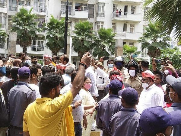 पार्श्वनाथ प्लैनेट सोसायटी में निषाद पार्टी और स्थानीय लोग में जमकर टकराव हुआ।