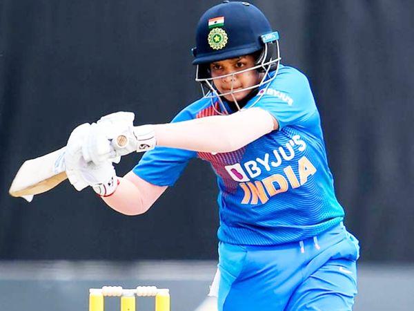 17 साल की शेफाली ने टेस्ट की दोनों पारियों में फिफ्टी लगाई थी। उन्होंने इंग्लैंड के खिलाफ पहली पारी में 96 रन और दूसरी पारी में 63 रन बनाए थे। - Dainik Bhaskar