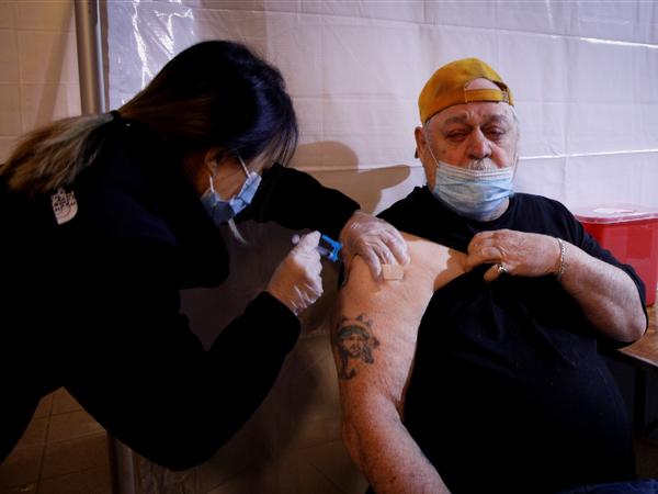 अमेरिका के न्यूयॉर्क शहर में वैक्सीन का डोज लगवाता व्यक्ति। - Dainik Bhaskar