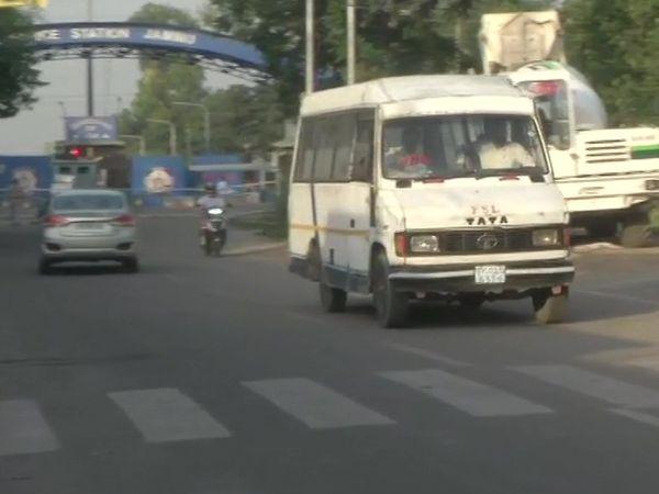 धमाका होने से आस-पास के इलाकों में अफरातफरी मच गई।