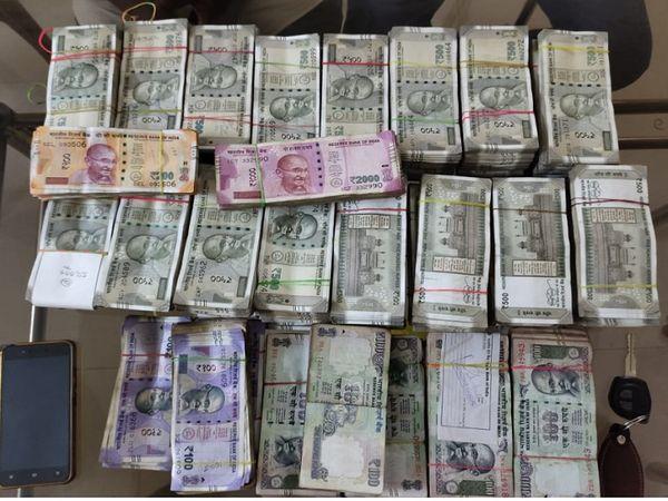 आरोपियों से 500 रुपए के 6795 नोट, 200 रुपए के 127 नोट और 100 रुपए के एक हजार नोट समेत 37 लाख 28 हजार 900 जब्त किया है।