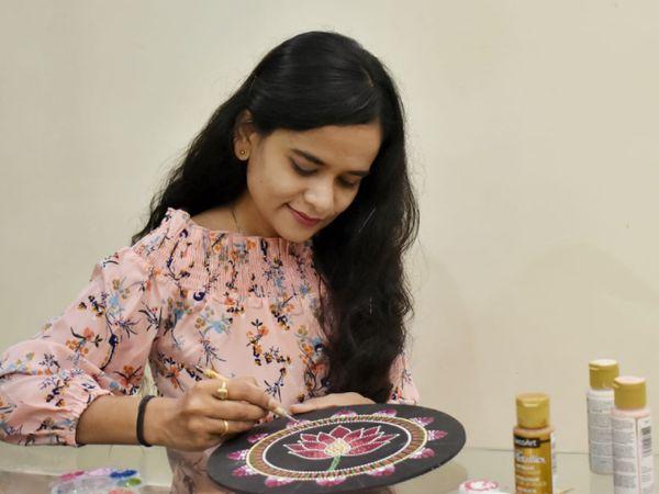 बकुल खुद से ही पेंटिंग्स बनाती हैं और खुद ही उसकी पैकेजिंग और मार्केटिंग का काम करती हैं।