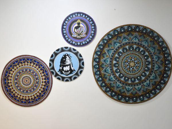 बकुल ने मंडला आर्ट से शुरुआत की थी। अभी वे मधुबनी पेंटिंग भी सीख रही हैं और मार्केटिंग भी कर रही हैं।