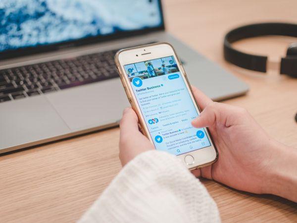 नए IT नियमों के तहत, बड़ी सोशल मीडिया कंपनियों को एक चीफ कंप्लायंस ऑफिसर, एक नोडल कॉन्टैक्ट पर्सन और एक ग्रीवांस ऑफिसर अपॉइंट करना है। - Dainik Bhaskar