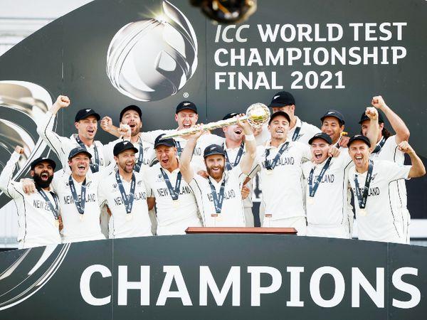 ICC वर्ल्ड टेस्ट चैंपियनशिप फाइनल 2021 में न्यूजीलैंड ने भारत को 8 विकेट से हराया और चैंपियन बना। जीत के बाद विनर टीम को मिलने वाले गदा के साथ कीवी टीम। - Dainik Bhaskar