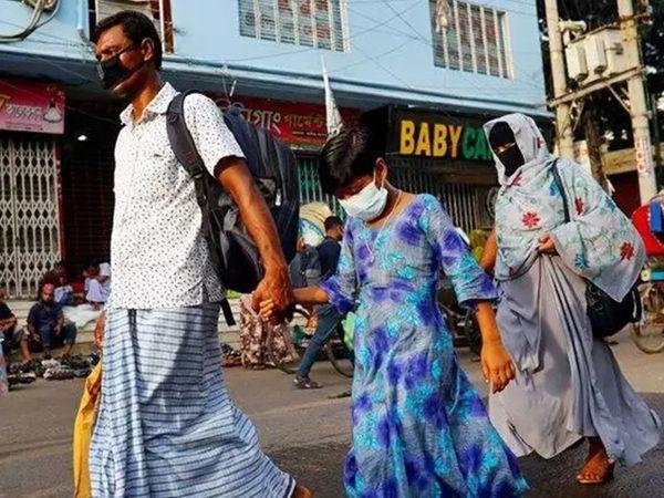 लॉकडाउन लगने के बाद बांग्लादेश में हजारों प्रवासी मजदूर राजधानी ढाका से पलायन कर रहे हैं। - Dainik Bhaskar