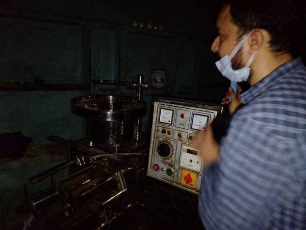 मौके से पैकिंग मशीन, प्रिंटेड फॉयल सीज की गयी है। - Dainik Bhaskar