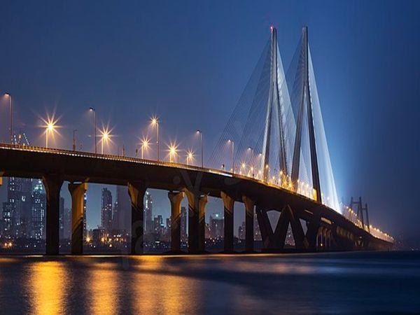 रात में लाइटिंग की वजह से ब्रिज और भी खूबसूरत नजर आता है। ब्रिज की लाइटिंग पर ही 9 करोड़ रुपए खर्च हुए हैं।