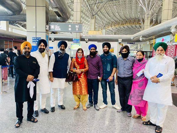 मनमीत कौर अपने परिवार के लोगों के साथ दिल्ली पहुंची।
