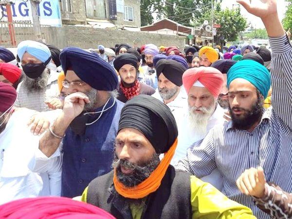 सिख समुदाय के लोगों ने दिल्ली से लेकर श्रीनगर तक विरोध प्रदर्शन किया।