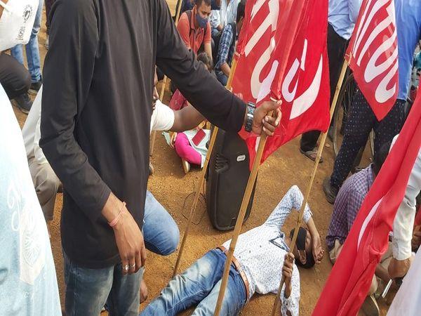 विरोध के दौरान प्रदर्शनकारी सड़क पर लेट गए।