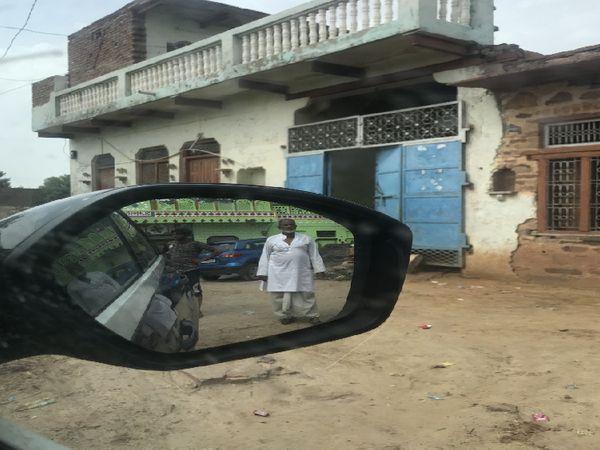 बीते पांच सालों में भरतपुर के मेवात के चुल्हेड़ा गांव में तेजी से पैसा आया है। कभी कच्चे घरों वाले इस गांव में तेजी से पक्के मकान बने हैं और चौपहिया गाड़ियां भी आई हैं, लेकिन लोग घरों की फोटो नहीं खींचने देते हैं।