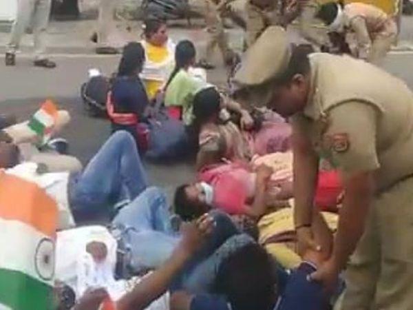 डिप्टी सीएम केशव प्रसाद मौर्य के आवास के बाहर धरना प्रदर्शन कर रहे अभ्यर्थियों को पुलिस ने हटाया। - Dainik Bhaskar