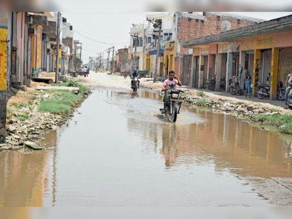 पानीपत. सनाैली राेड से उग्राखेड़ी गांव जाने वाली सड़क पर बह रहा सीवर का पानी। - Dainik Bhaskar