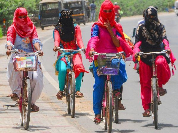 गर्म हवाओं से बचने के लिए लड़कियां सिर और मुंह को दुपट्टे से ढंके हुए। फोटो पटियाला की है। पंजाब के कई हिस्सों में अभी मानसून नहीं पहुंचा है।