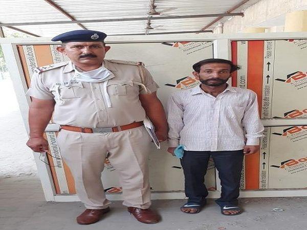 पुलिस हिरासत में चोरी का आरोपी पड़ोसी सुभाष। - Dainik Bhaskar
