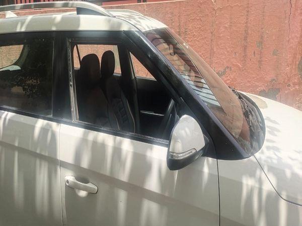 उद्यमी की कार का टूटा हुआ शीशा� - Dainik Bhaskar