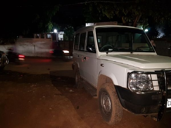 GP सिंह के घर पर अब भी इस तरह की गाड़ियां खड़ी हुई हैं।