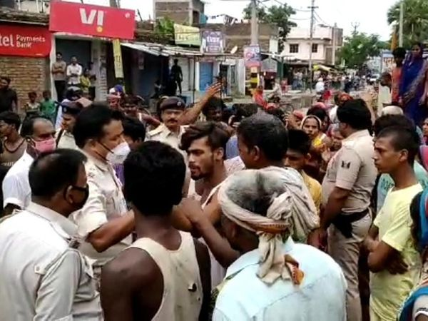 लोगों को समझाती पुलिस। - Dainik Bhaskar